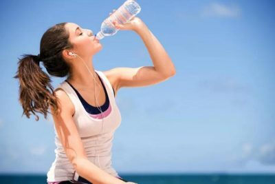 هل يساعد الإكثار من شرب الماء على قتل فيروس كورونا؟