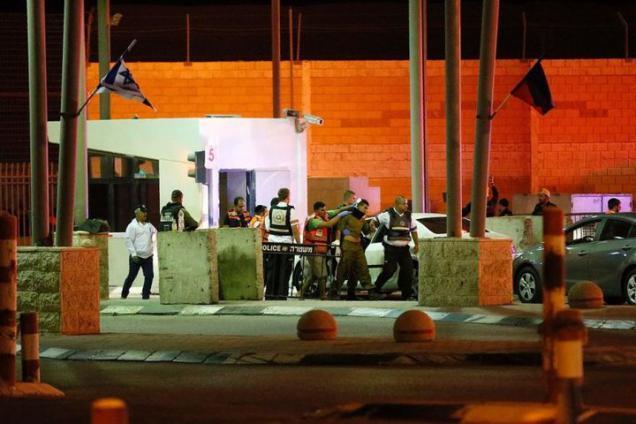 إسرائيل تعتقل فلسطينيا بزعم تنفيذ عملية طعن عند حاجز قلنديا