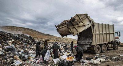 فقراء يبحثون عما يسدّ رمقهم بين أكوام النفايات في سوريا