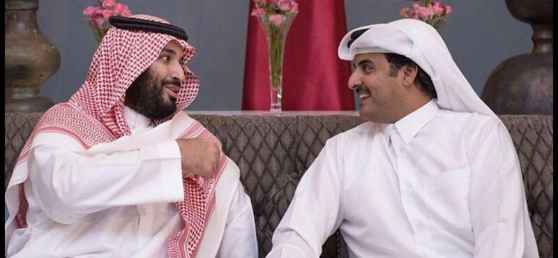 شاهد عناق كبير بين أمير قطر وولي العهد السعودي