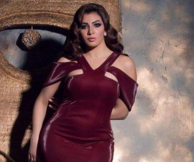 ميرهان حسين تستعرض أناقتها بفستان مخملي