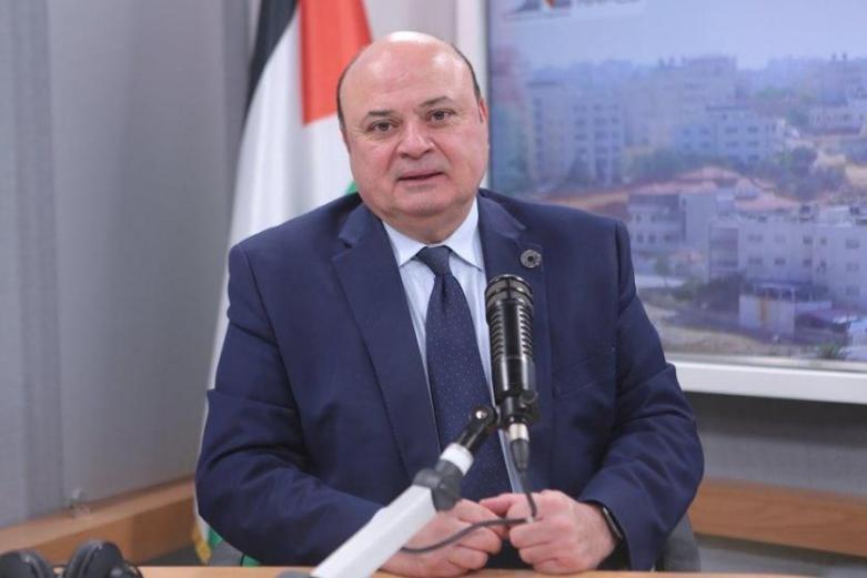 استقالة محافظ سلطة النقد عزام الشوا والرئيس يقبل الاستقالة