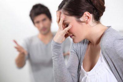 أبرز أسباب وطرق جرح الزوج لمشاعر زوجته