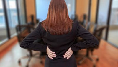 ألم أسفل الظهر عند الجلوس أسبابة وطرق علاجه؟