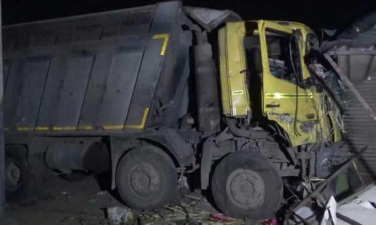 شاحنة تدهس 15 عاملا هنديا أثناء نومهم بجانب طريق