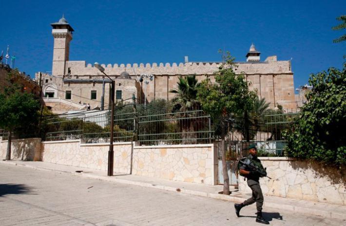 الخليل.. قوات الاحتلال يُصيب شابًا قرب الحرم الإبراهيمي
