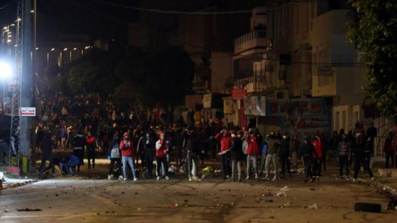 وفاة محتج تونسي متأثرا بجروحه تؤجج مواجهات ليلية في سبيطلة بالقصرين