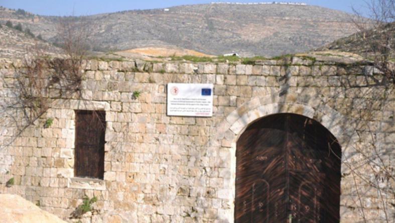 الاحتلال يحطم أبواب ونوافذ