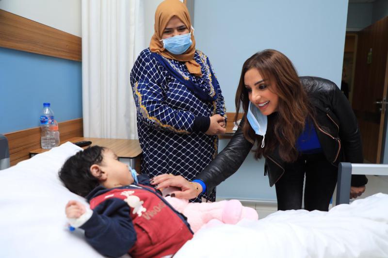 شاهد.. الفنانة أنغام تزور أحد المستشفيات الأهلية للأطفال في مصر