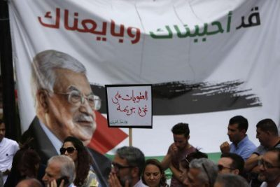 كم فقد موظفين السلطة الفلسطينية من رواتبهم بسبب العقوبات على غزة؟