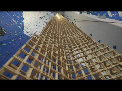 شاهد  فرنسي يحطم الرقم القياسي في بناء برج من الخشب