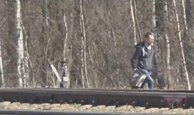 شاهد.. دبلوماسي أمريكي يسرق إشارة ضوئية من سكة حديد في روسيا