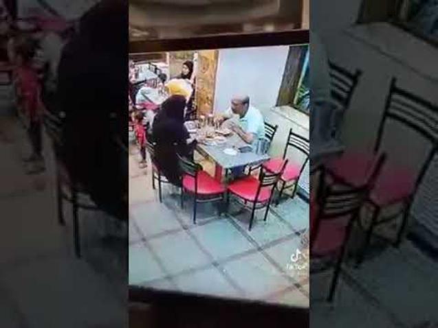 مصرية تعتدي على زوجها أمام الزبائن داخل مطعم كشري