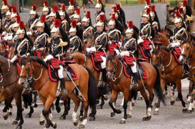 تعثر حصانين أثناء العرض في باريس وسقوط فارسيهما أمام ماكرون (فيديو)