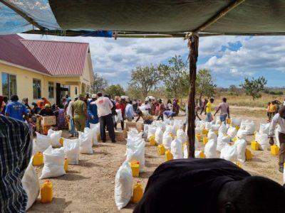 الرحمة العالمية تفتتح مركزاً صحياً وتوزع المساعدات الغذائية على العائلات المستورة