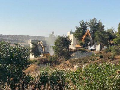 """قوات الاحتلال تهدم منازل لعائلة """"جرادات"""" بالخليل"""