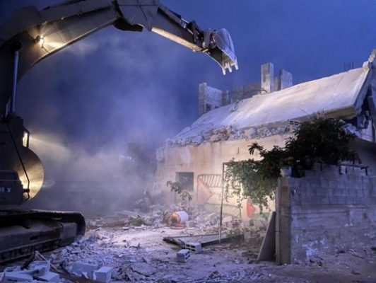 صور ... قوات الاحتلال تهدم منزل الأسير خليل دويكات وسط مواجهات عنيفة
